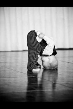 It's never too early or late to start Yoga :) - Geburtsanzeige Little People, Little Boys, Cute Kids, Cute Babies, Seriously Funny, Funny Cards, Belle Photo, Black And White Photography, Baby Love