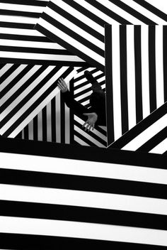 French graphic design studio Akatre Atelier was founded by Valentin Abad, Julien Dhivert and Sebastien Riveron. Design Graphique, Art Graphique, Op Art, Graphic Design Studios, Photoshop, Black N White, Minimal Design, Textures Patterns, Black And White Photography