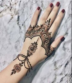 From weddings to engagements, from festivals to parties, here are 101 latest mehendi designs for 2019 for all occasions. Discover some chic new mehndi trends! Henna Hand Designs, Henna Tattoo Designs Simple, Mehndi Designs 2018, Mehndi Simple, Mehndi Designs For Hands, Bridal Mehndi Designs, Mehndi 2018, Bridal Henna, Mehndi Desing