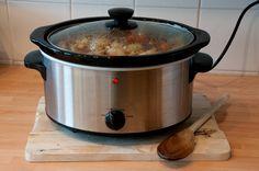 El caldo de pollo en olla de cocción es muy fácil de hacer, nutritivo, puede agregar un sabor fabuloso y se puede congelar para futuras comidas.