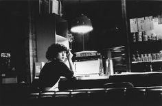 Daido Moriyama. Formé à la peinture et au graphisme, il rejoint le groupe VIVO en 1961. Chef de file du mouvement Provoke à l'aube des années 1970, il a œuvré à la redéfinition du langage photographique. Il est l'un des artistes japonais les plus importants depuis 1945, son travail fondateur a fait de la photographie japonaise une des écoles les plus créatives dans l'histoire des arts. www.asian-photographer.com