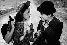 """Smile! Paulette Goddard and Charlie Chaplin in """"Modern Times"""" (Tempi Moderni, 1936."""