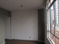 A sala antes. À esquerda, o final do corredor que iniciava na porta de entrada.