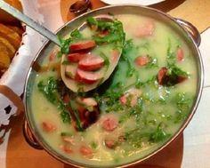 O Caldo Verde com Linguiça Defumada é delicioso, fácil de fazer e vai esquentar os dias mais frios com muito sabor. Faça e confira! Veja Também:Pão Italia