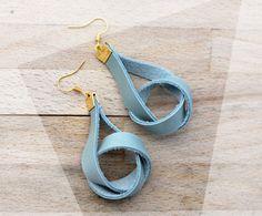 Natürliche und chic: dangling Leder Ohrringe in Ruhe blau und Gold / Knoten Ohrringe / moderne Ohrringe / goldenen Akzenten