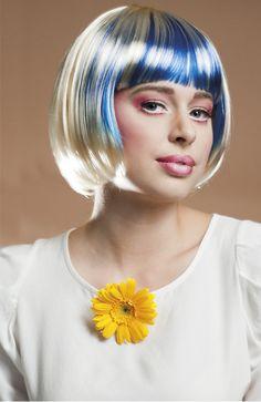 Sinivalkoinen peruukki. Sinivalkoinen peruukki käy bileperuukiksi bileisiin ja naamiaisiin, joissa teemanan on Suomi 100.