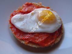 Más sencillo imposible. Ingredientes: Sobrasada Huevos de codorniz 6 rebanadas redondas de pan Preparación: Se tuesta el pan y se unta la sobrasada. Darun pequeño golpe en el centro del huevo con …