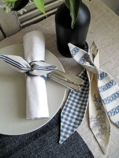 Make to compliment your dishes Sewing Hacks, Sewing Projects, Wood Napkin Holder, Napkin Folding, Diy Ribbon, Sewing Studio, Deco Table, Cloth Napkins, Napkin Rings