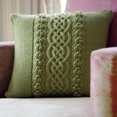 Cable knit pillow cover using cashmere yarn. (simplify with single stitch, popcorn and double stitch crochet? Knitted Cushions, Knitted Afghans, Knitted Blankets, Knitted Cushion Covers, Knitting Stitches, Knitting Patterns Free, Hand Knitting, Crochet Pillow, Knit Crochet