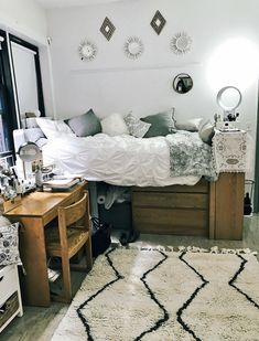 Trying to find the best dorm decor? These are the cutest dorm decor ideas that will have your college dorm room looking professionally designed. College Bedroom Decor, Cool Dorm Rooms, College Dorm Rooms, Dorm Room Rugs, Diy Dorm Room, Usc Dorm, Boho Dorm Room, Bohemian Dorm, College Apartments