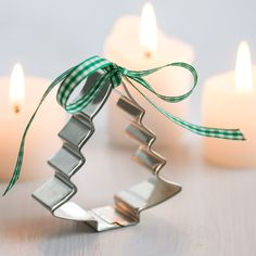 Adorable Christmas party favors for a cookie exchange. Tie a piece of festive ribbon on a holiday cookie cutter.