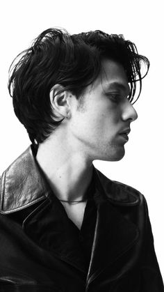 Inspirational Short Hairstyle for Men in First 2019 Cool Hairstyles For Men, Trending Hairstyles, Haircuts For Men, Layered Hairstyles, Alex Turner Hair, Alfred Enoch, Le Male, Short Hair With Layers, Most Beautiful Man