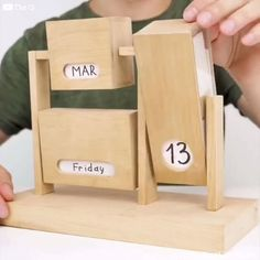 Good DIY idea to make an original and reusable calendar at home. - DIY Deco et Bricolage ⚒ - Home Crafts, Fun Crafts, Diy Home Decor, Diy And Crafts, Nature Crafts, Creative Crafts, Room Decor, Wood Projects, Woodworking Projects