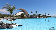 Vista panorámica de la piscina principal del Parque Marítimo de Santa Cruz con el Auditorio Adán Martín al fondo