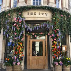 The Ivy in York. York in Bloom 2018 created by Kathrine Armstrong Bisson Nature Aesthetic, Flower Aesthetic, Chula, Northern Italy, York, Architecture, Aesthetic Pictures, Perfect Place, Portal