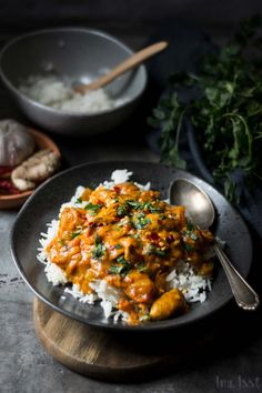 Simple Indian tikka masala with chicken and rice, Masala recipe from India - Trend Girlie Christmas Party 2019 Spicy Recipes, Clean Recipes, Baby Food Recipes, Indian Food Recipes, Healthy Dinner Recipes, Spicy Dishes, Masala Recipe, India Food, English Food