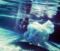 http://www.glamourandgraceblog.com/2012/a-fun-mexico-destination-wedding/ No m imagino meter mi vestido bajo el agua......