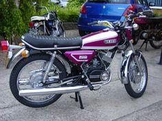 Kawasaki 2 strokes Motos Yamaha, Yamaha Motorcycles, Vintage Motorcycles, Custom Motorcycles, Cars And Motorcycles, Motogp Valentino Rossi, Liverpool Fc Wallpaper, Brat Bike, Auto Retro
