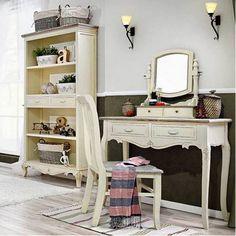 Eleganter, stilvoller Konsolentisch im französischen Stil  - mit 2 Schubfächern unter der Tischplatte  - mit reich verzierten, gebogenen Beinen,  Konsolentiasch kann als kleiner Schreibtisch im Wohnzimmer oder als Friesiertisch im Schlafzimmer dienen #Friesiertisch #Konsole #Schlafzimmer #Wohnzimmer #Tisch #Konsolentisch