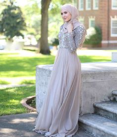 Consider this your ultimate guide to look impeccably chic this wedding season. See a selection of 12 simple hijab evening dresses to inspire you! Hijab Gown, Hijab Evening Dress, Hijab Dress Party, Evening Dresses, Kebaya Muslim, Muslim Dress, Islamic Fashion, Muslim Fashion, Grey Bridesmaid Dresses