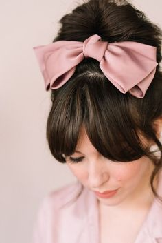 These oversized hair bow has been my favorite lately. I usually throw my hair into a messy bun on lazy days, so adding this oversized hair bow creates a more polished look without trying too hard. Ribbon Hair Clips, Hair Barrettes, Hair Ribbons, Scrunchies, Vintage Hair Bows, Diy Vintage Hair Accessories, Vintage Headbands, Flower Headbands, Diy Accessoires