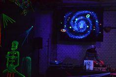 """DJ-Performance bei unserem """"Schwarzlicht""""-Winterfest im Fabriktheater Moabit"""