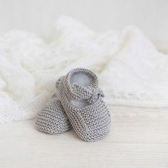 Merceditas para bebé tejidas a mano.