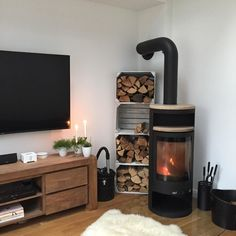 Our firewood also serves as a decorative object.- Unser Feuerholz dient gleichzeitig als Dekoobjekt. … Quickly build a firewood storage yourself? Firewood Storage, Fireplace Remodel, Living Room With Fireplace, Fall Fireplace, Christmas Fireplace, Living Room Modern, Modern Decor, Home Accessories, Diy Home Decor