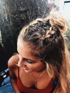 10 Cute Medium Length Hairstyles To Complete Your Look Festival hair looks great on medium length hairstyles! Pretty Hairstyles, Easy Hairstyles, Hairstyle Ideas, Hairstyle Tutorials, Holiday Hairstyles, Messy Braided Hairstyles, Concert Hairstyles, Festival Hairstyles, Perfect Hairstyle
