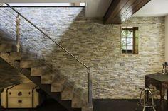 Wandgestaltung Stein Treppe Massivholzstufen