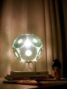 DIY: Table lamp made €‹from CDs/DVDs