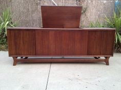 I am Madly in Love with this one! Zenith Mid Century Modern Record Player Console in walnut. Modern Record Player, Record Player Console, Record Table, Stereo Cabinet, Console Cabinet, Mid Century Style, Mid Century Design, Vintage Stereo Console, Cool Room Designs