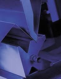 Sabías que…el plegado a fondo se utiliza en chapas de espesores inferiores a 2mm. En este método el punzón lleva la chapa hasta el fondo de la matriz.