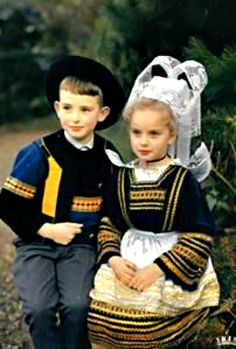 FolkCostume&Embroidery: Costume of Pont-Aven and vicinity, Bro-Gernev or Cornouialle, Brittany