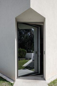 A porta principal fica em uma quina e é espelhada