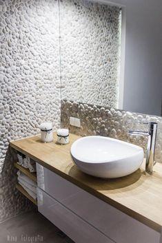 ściana z kamieni w aranżacji łazienki