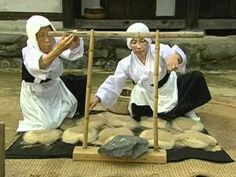 Weaving of Mosi (fine ramie) in the Hansan region. This video gives a new appreciation for this fibre.