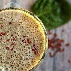 Lila Power Smoothie / Heidelbeeren, Grünkohl, Mandelmilch, Bananen und Leinsamenmehl werden zu diesem veganen Power Smoothie vermixt, der als Mahlzeit herhalten kann. @ de.allrecipes.com
