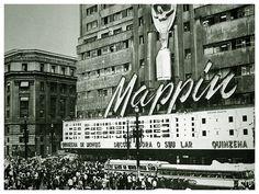 Prédio do Mappin, na Praça Ramos de Azevedo, Centro de São Paulo. Foto de 1970. Edifício foi decorado com a imagem da Taça Jules Rimet, em comemoração ao tricampeonato da Copa do Mundo de Futebol FIFA conquistado pelo Brasil no México.