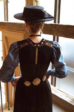 Juppen-Trägerin Oktoberfest Outfit, Oktoberfest Clothing, Witch Fashion, Fashion Mag, Yellow Fashion, Folk Costume, Fashion History, Traditional Dresses, Trends