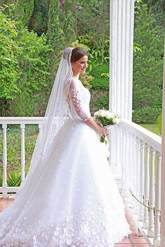 Vestido de noiva estilo clássico campestre - saia volumosa de tule com aplicações de florzinhas ( Foto: Isabel Becker )