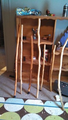 Make a Walking Stick How to Collect Wood to Make a Walking Stick: 9 StepsHow to Collect Wood to Make a Walking Stick: 9 Steps Handmade Walking Sticks, Wooden Walking Sticks, Walking Sticks And Canes, Walking Canes, Woodworking Courses, Learn Woodworking, Woodworking Projects, Woodworking School, Dremel Projects