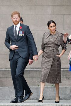 Prince Harry, Duke of Sussex and Meghan, Duchess of Sussex Leaving the National War Memorial on October 2018 in Wellington, New Zealand. The Duke and Duchess of Sussex are on their official. Get premium, high resolution news photos at Getty Images Prinz Harry Meghan Markle, Meghan Markle Prince Harry, Prince Harry And Megan, Meghan Markle News, Meghan Markle Style, Princess Meghan, Prince And Princess, Meghan Markle Outfits, Sussex