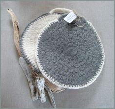 Deilige, tykke og varme sitteunderlag i 100 % ull. Straw Bag, Knitting, Creative, Projects, Crafts, Crocheting, Craft Ideas, Design, Chair Pads
