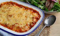 Kjøttdeiggrateng er en familievennlig rett som er rask å lagde. Gratengen er inspirert av gresk moussaka, men er full av næringsrike grønnsaker. Moussaka, Macaroni And Cheese, Food And Drink, Ethnic Recipes, Mac And Cheese