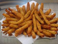 Uns deliciosos bolinhos de batata frita é um ótimo petisco que todos vão adorar, experimente INGREDIENTES 1/2 kg de batatas (descascadas) 2 colheres de sop