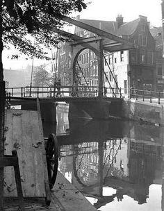De Groenburgwal met de ophaalbrug in de Staalstraat, 1943