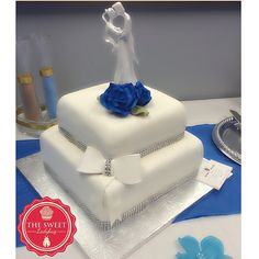 Wedding Cake!! Lovely and delicious!!  Diamonds, flowers!!