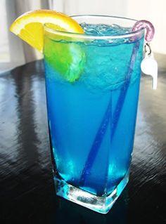 Drink Lagoa Azul (Vodka, limonada, curaçao blue e soda)..once i translate this, I'm making it