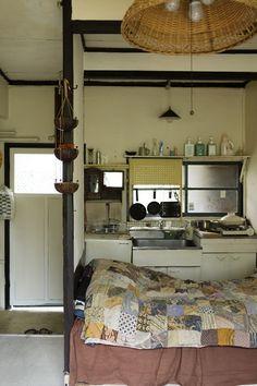 「古い洋館アパートメントに暮らす」の写真特集。大きな画像を次々とごらんいただけます。 Small Bedroom Storage, Small Master Bedroom, Small Room Decor, Small Bedrooms, My Home Design, Home Interior Design, Japan Room, Bedroom Decor For Couples, Bedroom Ideas